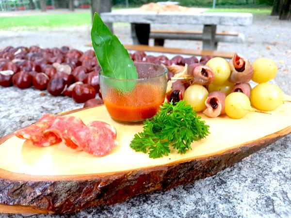 Salame essiccato, spiedini uva, prugne e lardo (che non avevo) con salsa piccante all'nduja